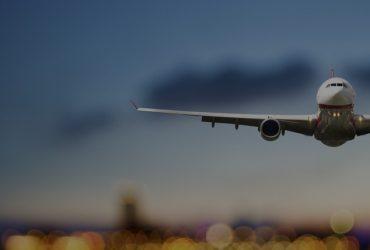 Avión Sobrevolando Ciudad
